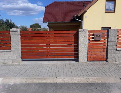 Vjezdová samonosná posuvná brána a branka